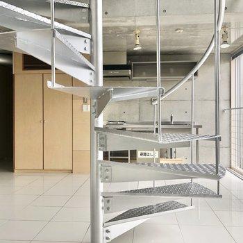 【LDK】階段越しにキッチンと収納が見えます。