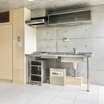 【LDK】キッチン下のワゴンは可動式です。