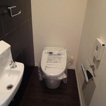 トイレはセンサー式です。また手洗台まで付いてるので便利!(※写真は3階同間取り別部屋のものです)