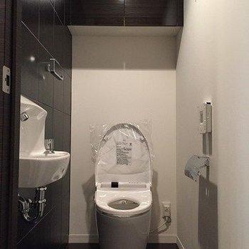 トイレはセンサー式です。また手洗台まで付いてるので便利!(※写真は4階同間取り別部屋のものです)