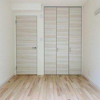 白樺のような素材のクローゼットと扉が雰囲気あって素敵です。