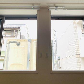 窓からの景色はお隣さん。