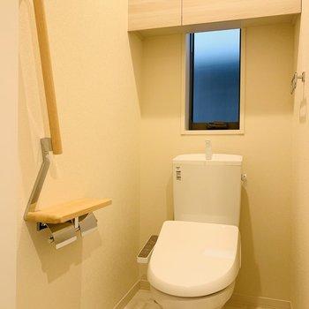 お手洗いは上部に棚もついています。