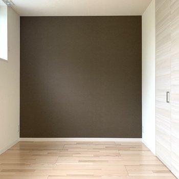 【洋6.5】こちらは寝室に。大きな真っ白なベッドと特徴的な間接照明で素敵な空間に。