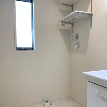 ユーティリティは白を主役に清潔感漂う空間。正面奥には洗濯機置き場。