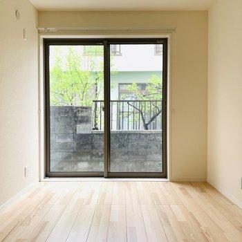 【洋6.1】大きな窓は開放感があり、お隣の緑も素敵ですね。