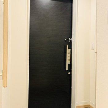 ブラックの玄関扉がお部屋全体を引き締めてくれるようです。