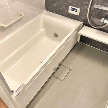 脚を伸ばして入れそうなお風呂には追焚・浴室乾燥機能、小窓付きです!