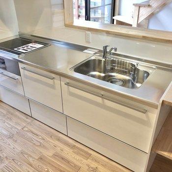 3口コンロに広めの作業スペースを確保したキッチン!