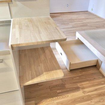 キッチン横に便利な棚が。ちらっと見えるのは畳下の収納ですよ!