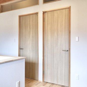 そっくりな扉…中も気になります。
