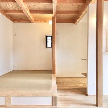 【リビング】小上がりになっている畳スペース。木との相性がもう…