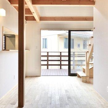 【リビング】お部屋は南向き。柱も素敵。