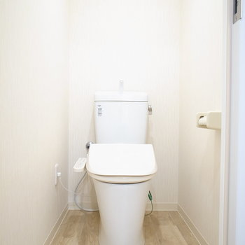 温水洗浄便座つき!こちらもナチュラルな雰囲気です。