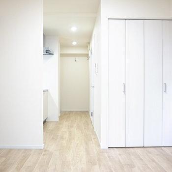 洋室は最低限の広さですが、ふんわりした色合いの内装なので圧迫感は少なめ。