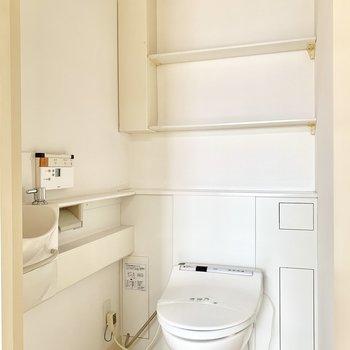 トイレは下の階の玄関横に。