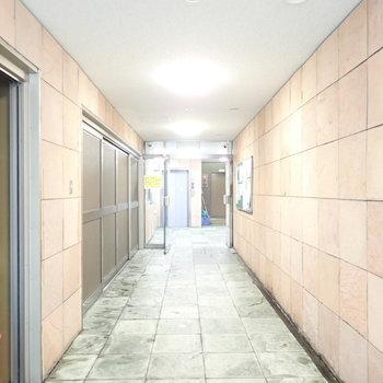 共用部】エレベーターまで長めのアプローチがエントランスに。