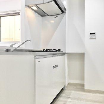キッチンも白で清潔感があります。※写真は2階同間取り・別部屋のものです