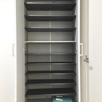 シューズボックスは大容量!※写真は2階同間取り・別部屋のものです