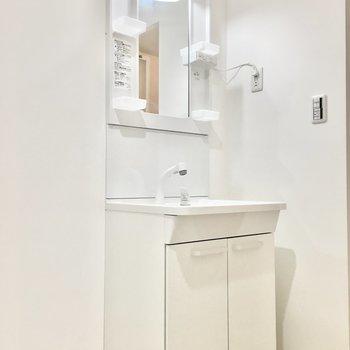 洗面台はシャンプードレッサー。※写真は2階同間取り・別部屋のものです