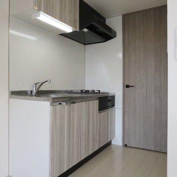 【DK】キッチンのデザインも統一感があり、空間に溶け込んでいます※写真は前回募集時のものです