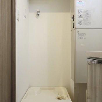 洗濯機置き場の上には収納スペースがあります