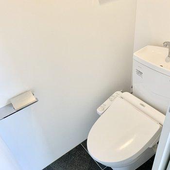 玄関と一続きの土間にあるトイレ。お掃除も一気にできます◎