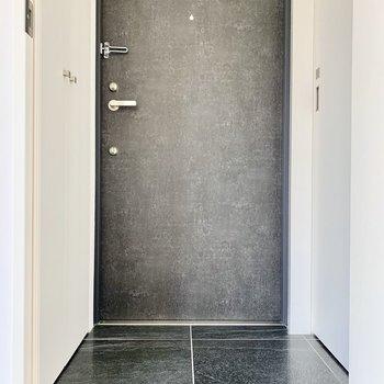 黒でまとまった玄関もとても高級感があります。