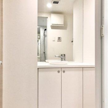 大きい鏡で朝の身支度もラクラク。※写真は前回募集時のものです