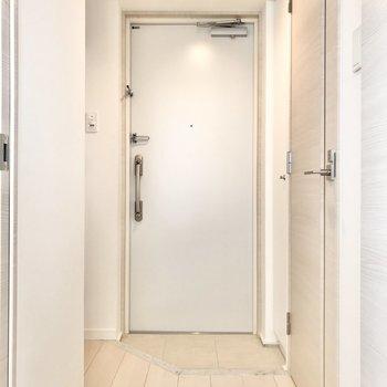 玄関は2足分の靴が置けるくらい※写真は前回募集時のものです