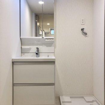 洗面台と洗濯機は並んでいます。