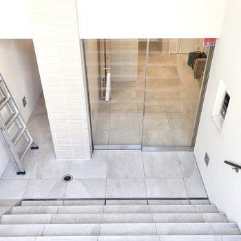 階段を下ったところにエントランスがあります ※写真はクリーニング中のものです