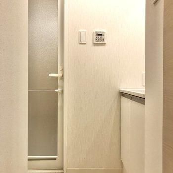 右の扉は脱衣所につながります