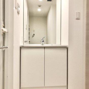 大きい鏡で朝の身支度もラクラク