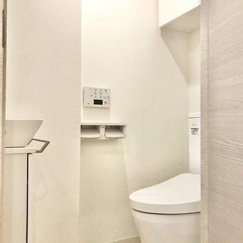 トイレは個室に。手洗い場付きです