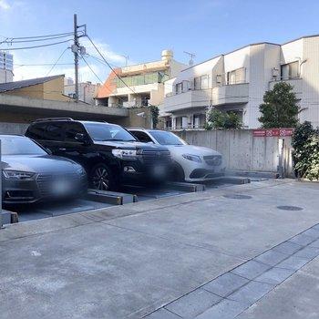 隣には駐車場があります。