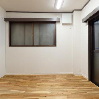 寝室。こちらは隣の建物とばっちり隣り合っています(※写真は前回募集時のものです)
