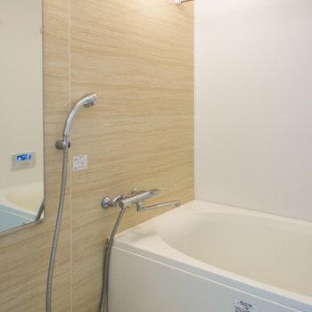 浴室乾燥機と追い炊き機能付き(※写真は5階の反転間取り別部屋のものです)