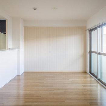 柔らかい色のアクセントクロス(※写真は5階の反転間取り別部屋のものです)