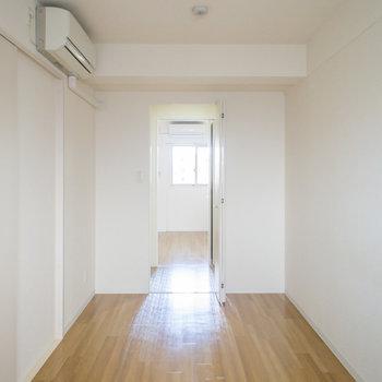 ウォークインクローゼットを挟んで、玄関側の洋室と繋がっていました!(※写真は5階の反転間取り別部屋のものです)