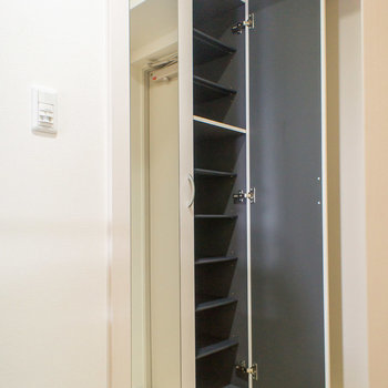 シューズボックスには姿見鏡付き(※写真は5階の反転間取り別部屋のものです)