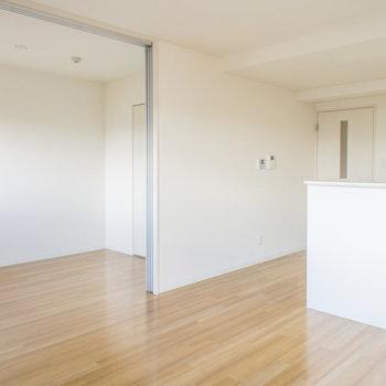 リビング側の洋室との間仕切りは開放できます(※写真は5階の反転間取り別部屋のものです)