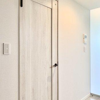 サニタリーの扉が素敵でした。※写真は2階の同間取り別部屋のものです