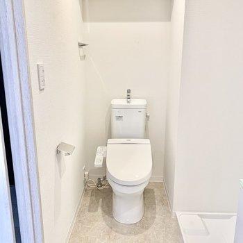 横にトイレですが少し距離があります。※写真は2階の同間取り別部屋のものです
