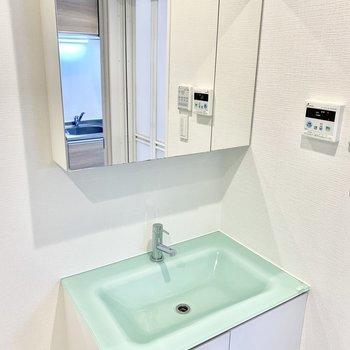 透明感のあるアクアグリーンの洗面台。※写真は2階の同間取り別部屋のものです