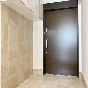玄関がこれだけ大きいとゆとりが生まれます。※写真は2階の同間取り別部屋のものです