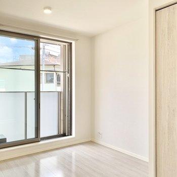 淡いホワイトベージュのトーンで統一された美しいお部屋です。※写真は2階の同間取り別部屋のものです