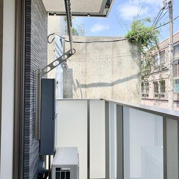すりガラスのフェンスが美しいバルコニー。※写真は2階の同間取り別部屋のものです