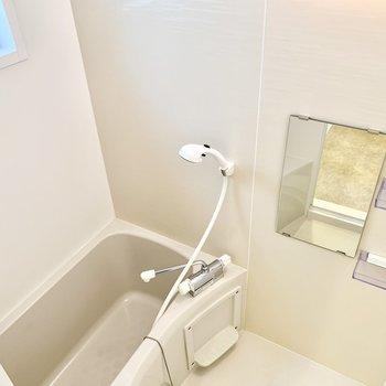 お風呂は小窓があって換気もバッチリ。※写真は2階の同間取り別部屋のものです