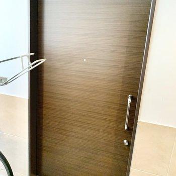 珍しい引き戸式の玄関ドア、とってもスムーズで快適でした。※写真は2階の同間取り別部屋のものです
